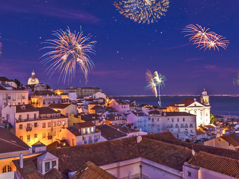 ORSH_Fireworks above the district Alfama at new years eve in the portuguese capital Lisbon - Assembly_800x600