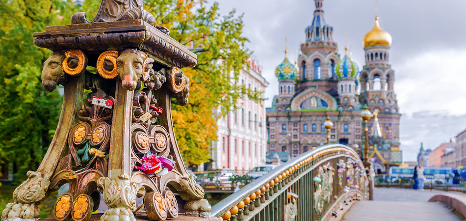 ORSH_Detail of a bridge in Saint-Petersburg on a background Church of the Savior on Spilled Blood_950x450