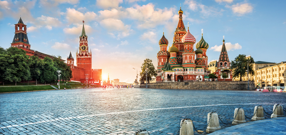 ORSH_Evening light on Red Square. The St. Basil's Cathedral and the Spassky Tower in the rays of the setting sun._950x450