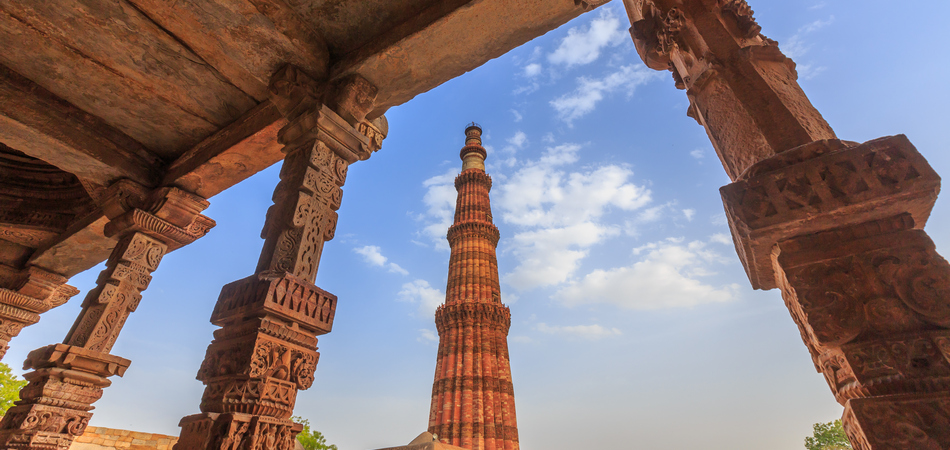ORSH_Qutub Minar, The tallest minaret in India is a marble and red sandstone tower that represents the beginning of Muslim rule in the country, New Delhi, India._950x450