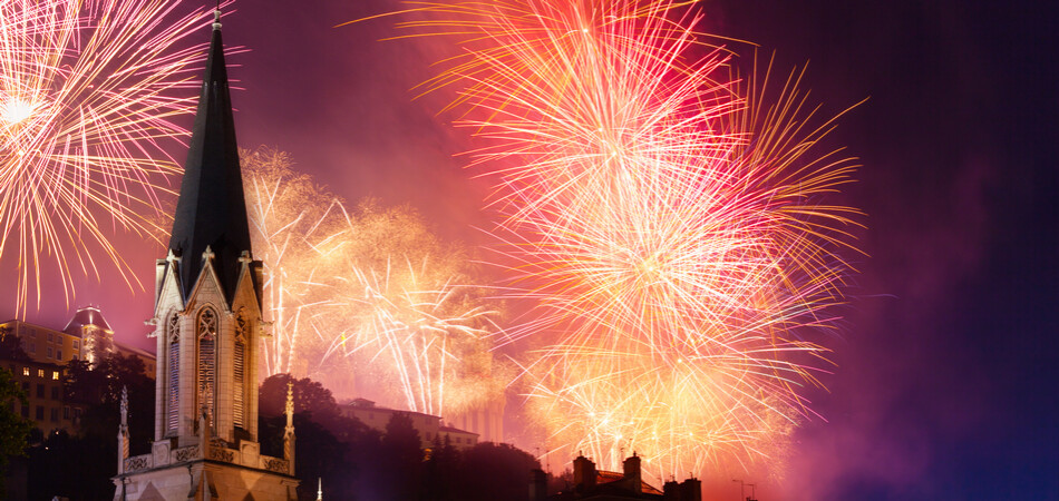 950x450 ORSH_Firework lightens sky over St Georges