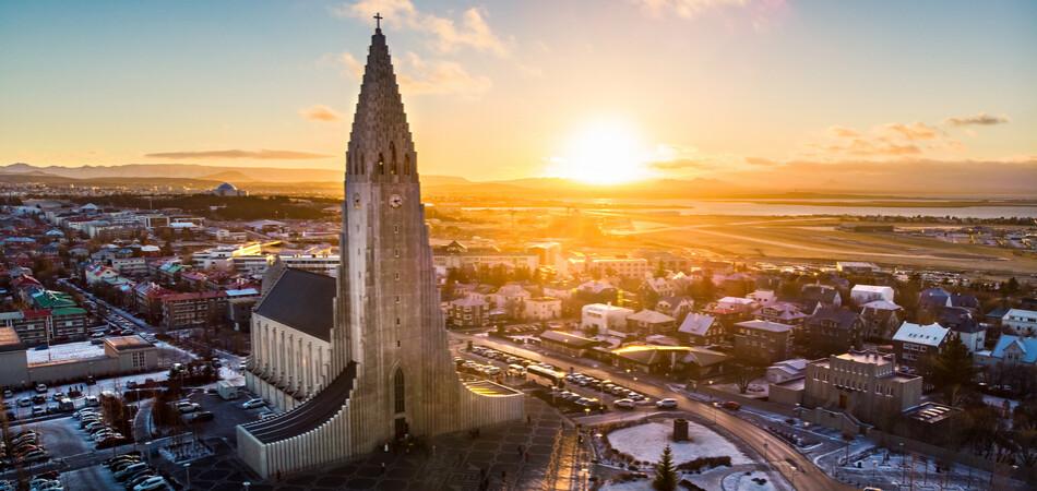 950x450 ORSH_Hallgrimskirkja church and Reykjavik