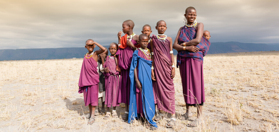 950x450 ORSH_Masai woman and a children in the African savannah, looking at camera.Tanzania