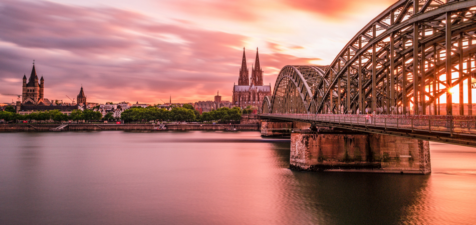 950x450 ORSH_sunset sky with colors and clouds over the city skyline Cologne