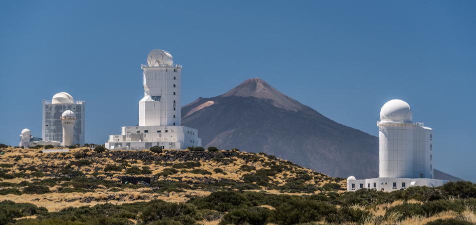 Observatorium auf Teneriffa mit dem Vulkan Teide im Hintergrund